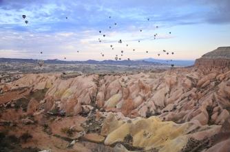 Sabahın ilk ışıklarıyla havalanan balonlar, görsel bir şölen sunmakta.