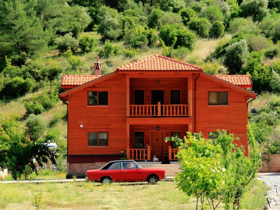 Kırmızı arabalı, kırmızı ev…