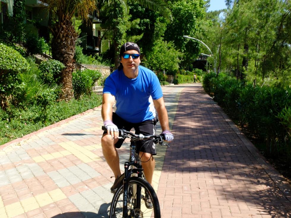 Bisikleti kenara dayayıp, hızla bir koşu denize girip-çıktım. Sanırım gezinin en güzel hoşlukları, bisikleti bırakıp, denize atlamak kısmıydı...