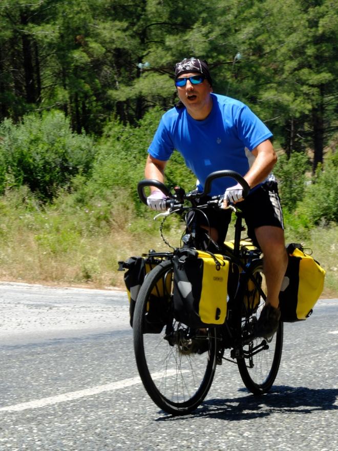 Cemal'in yüklü bisikletiyle ancak bu kadar hızlı gelinebiliyor.