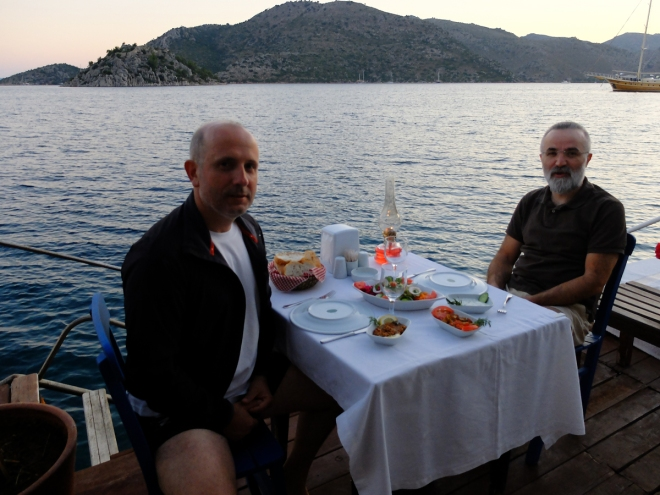 Haliyle de, Cemal Atasoy ile akşam yemeğimizi bu manzaraya karşı yedik.