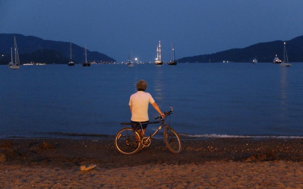Sanıyorum, bisikletine dayanmış, günün batışını Marmaris sahillerinden izlemek, yaşamın en keyifli anlarından bir tanesi.